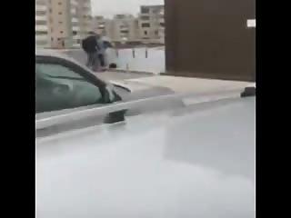 Un couple pris en flag sur le toit d'un immeuble
