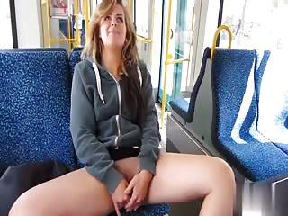 Jolie allemande se masturbe en public