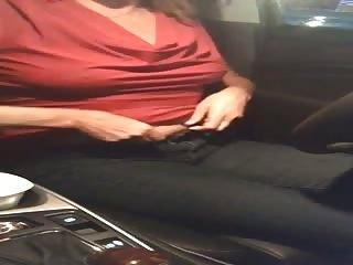 Maman se fout à poil dans la voiture