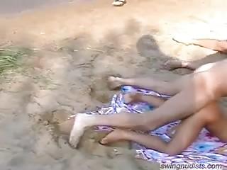 Couple libertin en mate un autre en train de baiser