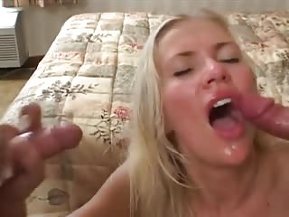 Blonde se fait gicler dessus par 2 bites