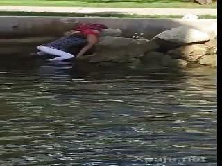 Il bouffe le minou de sa femme au bord d'un lac