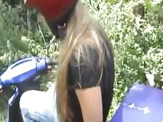 Jeune motarde suce un touriste