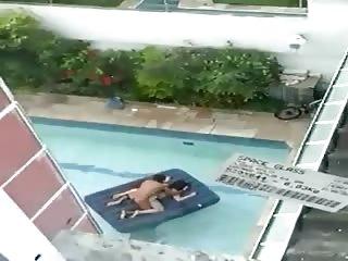 Couple baise en plein milieu de la piscine