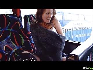 Jolie anglaise se masturbe dans un bus
