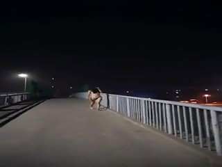 Asiat qui s'exhibe sur l'autoroute