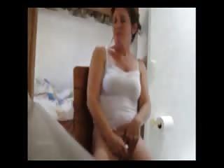 Mère de famille prise en flag en train de se masturber