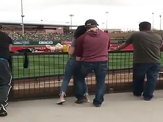 Un homme passe la main dans le jean de sa femme