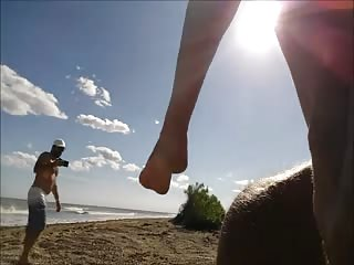 Belle MILF suce devant son mari sur une plage