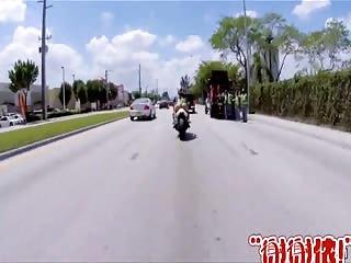 Elle adore faire de la moto sans culotte