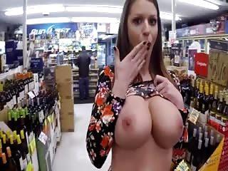 Elle montre ses gros seins et sa chatte dans un centre commercial
