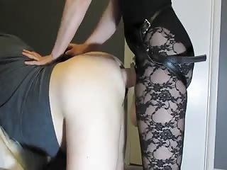 Elle prépare son cul pour un énorme gode ceinture