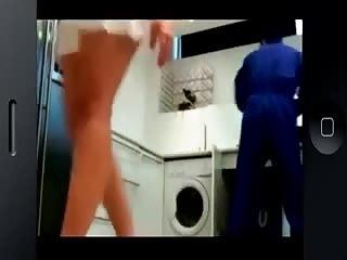 Surprise en train de chauffer le plombier