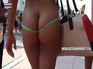 Fille coquine se ballade à moitié nue dans la rue