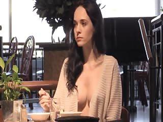 Qui veut manger au resto avec elle?