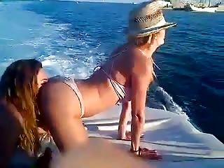 3 copines se bouffent le cul sur un bateau