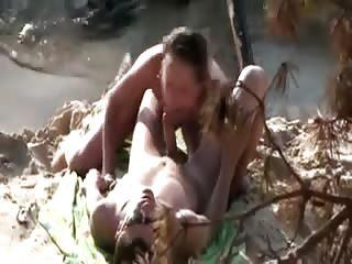 Joli couple s'offre une bonne séance de baise à la plage