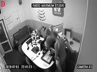 Ca baise à la station radio