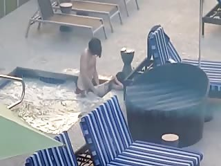 Couple de touristes surpris en train de baiser dans le jacuzzi de l'hôtel