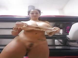 Une brunette avec des seins vraiment énormes
