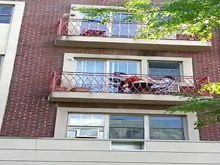 Comme il fait trop chaud ils baisent sur le balcon