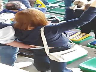 Il doigte sa femme pendant un match de foot