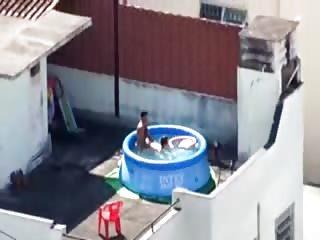 Couple filmé en train de baiser dans une piscine gonflable