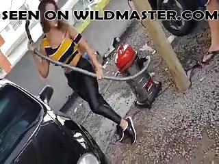Coquine qui s'amuse au lavage auto