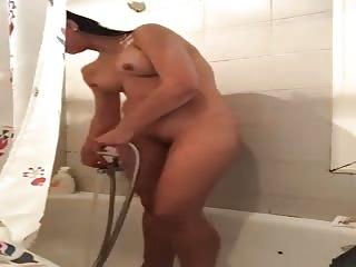 Je me fais jouir sous la douche