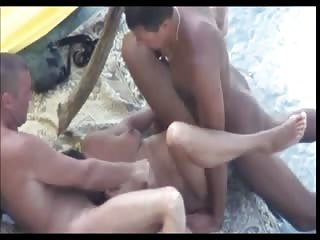 Trio libertin sur une plage naturiste