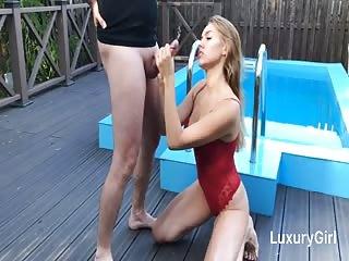Elle suce une bonne queue au bord de la piscine