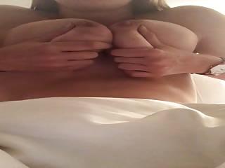 Qui veut mettre sa queue entre mes seins