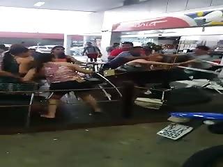 Une femme se fout à poil pendant une bagarre