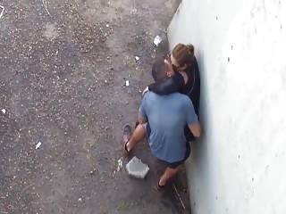 Levrette hard dans un coin de rue