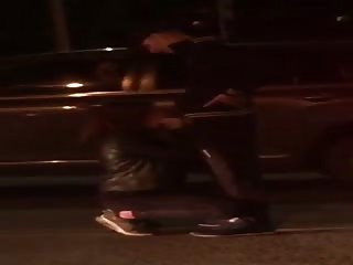 Elle suce son mec au milieu de la rue