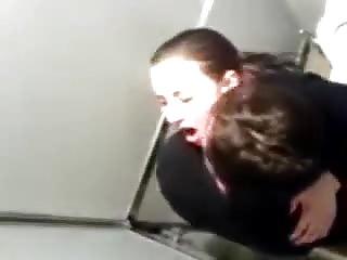 Brunette prise dans les toilettes d'un club