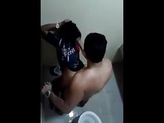 ils se font filmer en train de baiser dans les toilettes