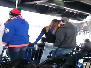Il caresse sa femme pendant un match de foot