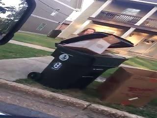 Une nana sort les poubelles à poil
