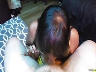 Une jeune indienne en train de sucer une bonne queue