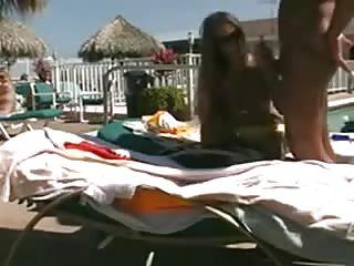 Ils baisent au bord de la piscine de l'hotel