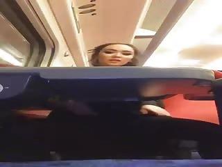 Jolie asiat se masturbe dans le train