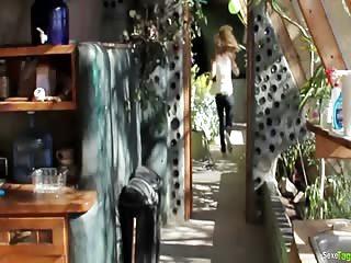 Blondinette se fait baiser chez elle