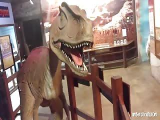 Elle suce pendant une visite au musée