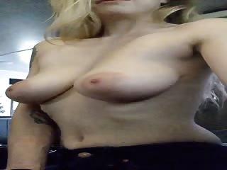 Qui veut bouffer les seins de maman?