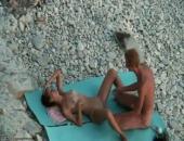 Couple amateur surpris en train de baiser sur la plage