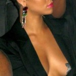 Rihanna les seins nus