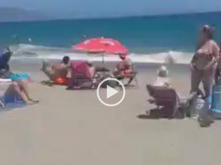 Une femme se masturbe sur une plage publique