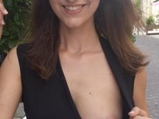 Que pensez vous de son joli petit sein?