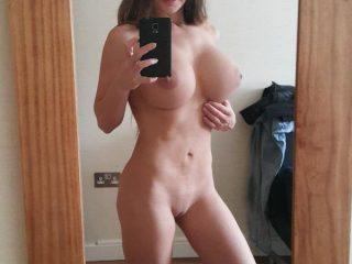 Un selfie d'une bombasse à poil